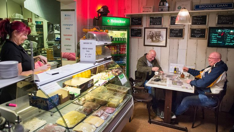 Een vroege ochtend bij Broodje Daan. Links Daan Rietveldt, rechts vaste klanten Klaas van Hees (72) en zoon Ron (50) uit Schagen Beeld Mats van Soolingen