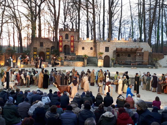 Dik ingepakt volgt het publiek de eerste opvoering van De Strijd.