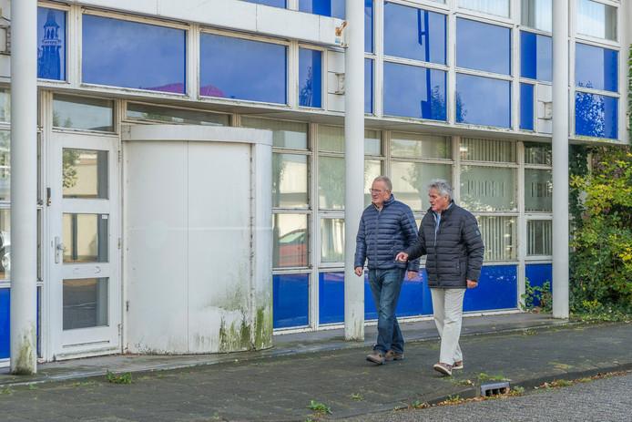 Ron van der Graaf en Piet Groffen van de dorpstafel lopen langs één van de vele leegstaande panden in het dorp.