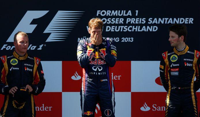 Sebastian Vettel op het podium van de Grand Prix van Duitsland in 2013. Naast hem Kimi Räikkönen en Romain Grosjean.