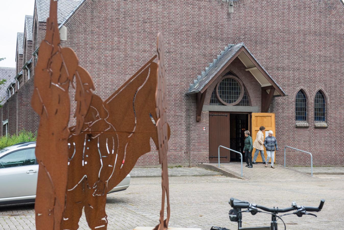 STEENSEL - Kerkgangers die uitgaan na de dienst in de Heilige Luciakerk. Zij hebben zojuist te horen gekregen dat de sluiting van hun kerk weer een stap dichterbij is. Het bisdom heeft groen licht gegeven voor een zoektocht naar een nieuwe functie voor dit godshuis.