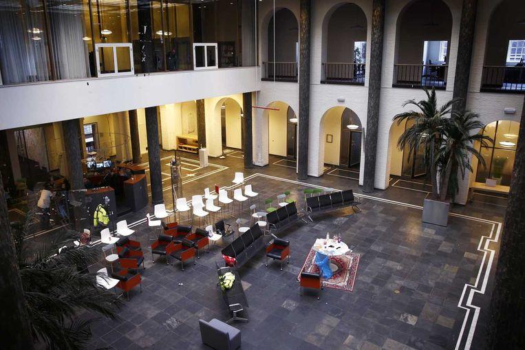 Het maagdenhuis, zaterdagmiddag. De hal van het gebouw wordt schoongemaakt. Beeld anp