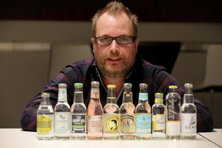 Kurt Heddebauw bij 10 verschillende soorten tonic.