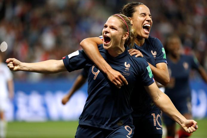 Eugenie Le Sommer viert de 2-1 van Frankrijk.