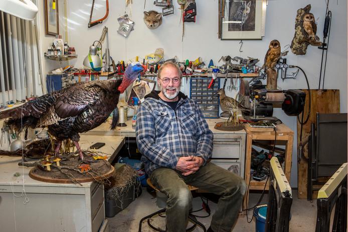 Leen Schneider vindt het heerlijk om in zijn schuurtje aan vogeltjes en andere dieren te werken.