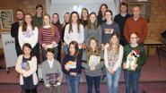 Laureaten junior journalisten beloond met boekenpakket
