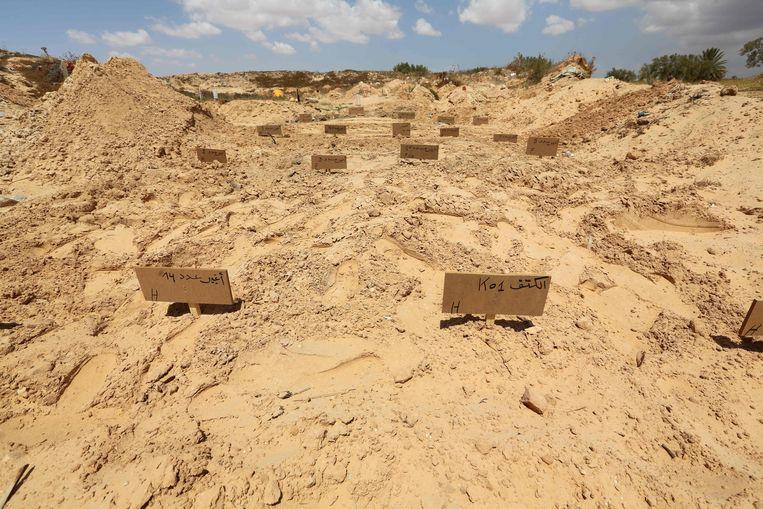 Op de begraafplaats van El-Ketif, aan de oostkust van Tunesië, zijn afgelopen maand tientallen migranten begraven in provisorische graven. De overtocht naar Europa hebben ze niet overleefd, hun lichamen zijn aangespoeld op de kust van Tunesië.  Beeld AFP