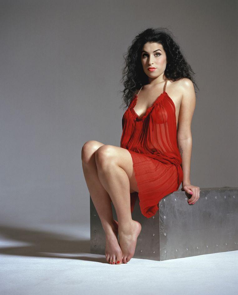 Amy Winehouse in 2003, poserend voor het blad Harpers & Queen. © Getty Beeld