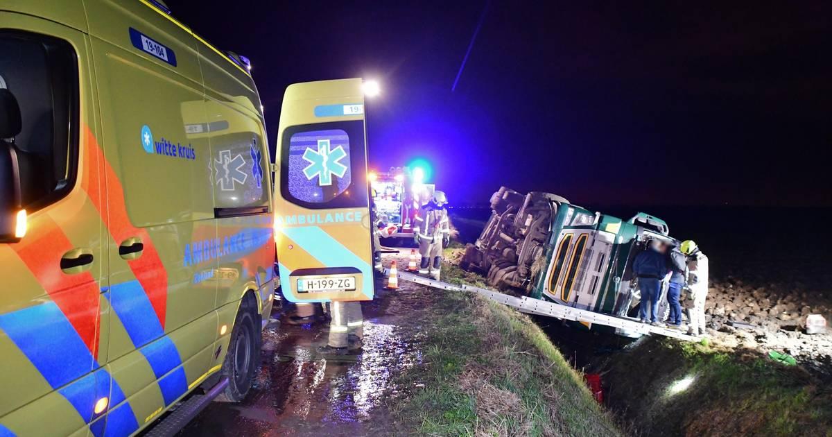 Vrachtwagen gekanteld, chauffeur gewond.
