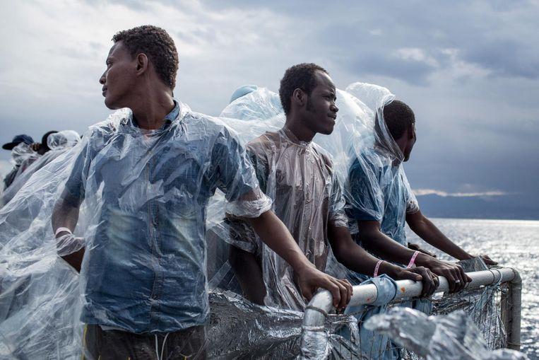 Migranten aan boord van de MOAS (Migrant Offshore Aid Station). Beeld Getty
