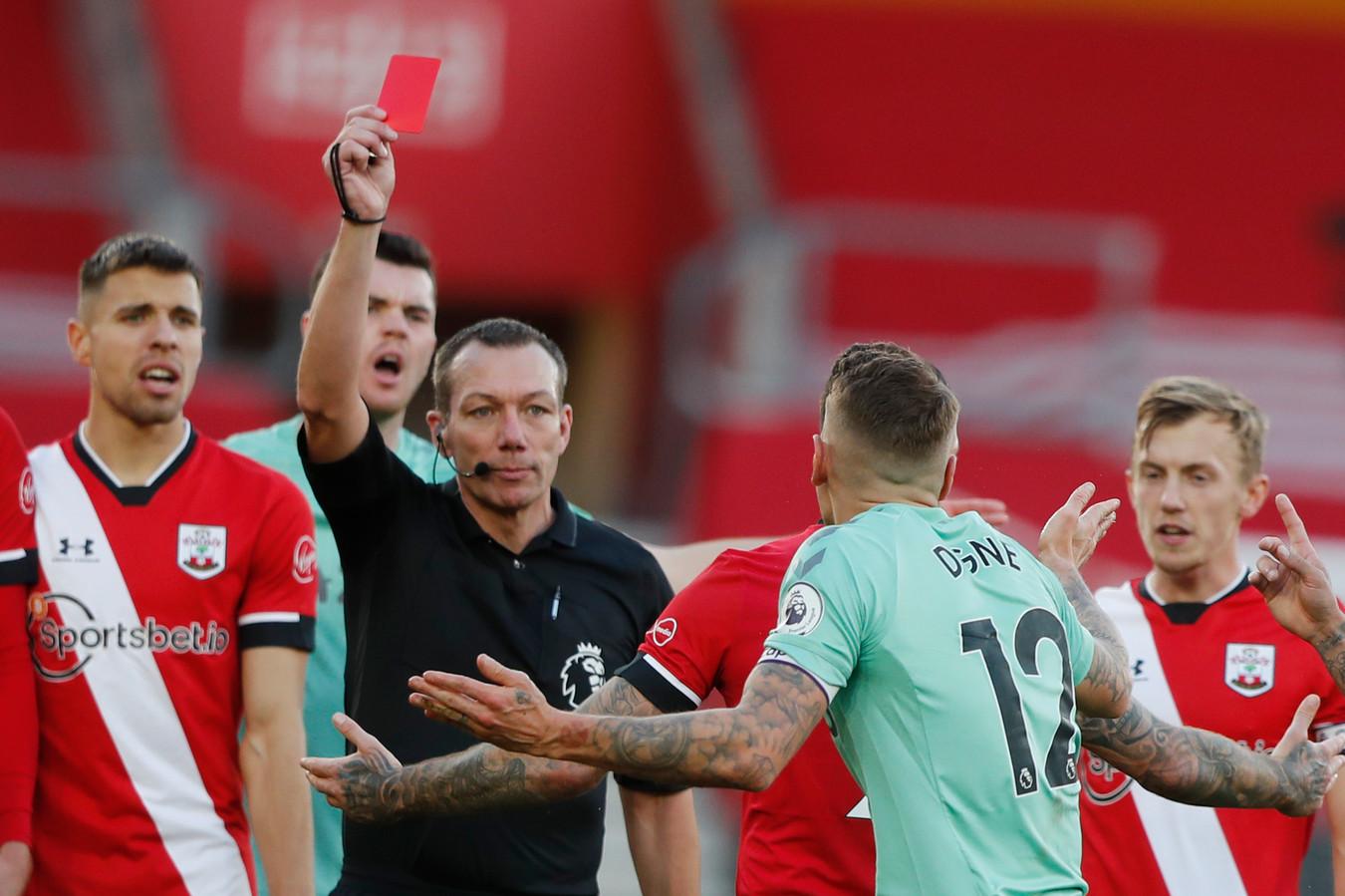 Lucas Digne ontvangt een rode kaart.