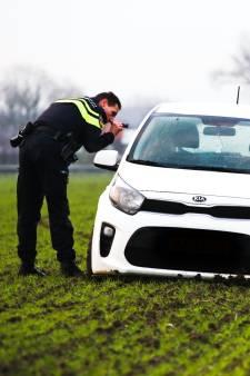 Inbrekers rijden zichzelf vast in weiland en slaan op de vlucht in Numansdorp