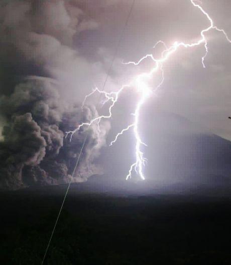 Honderden Javanen op de vlucht na uitbarsten vulkaan Semeru