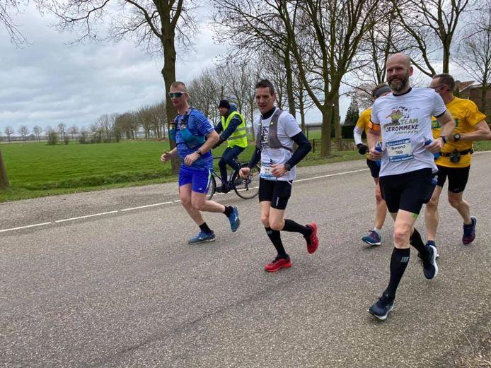 Team Jerommeke, bestaand uit René Vernooij en Berend Schotanus (rechts), probeert dit jaar twaalf marathons te lopen.