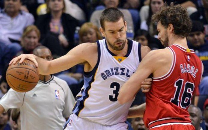 Marc Gasol (l) tegen zijn broer Pau tijdens een treffen van de Memphis Grizzlies en de Chicago Bulls, eind 2014