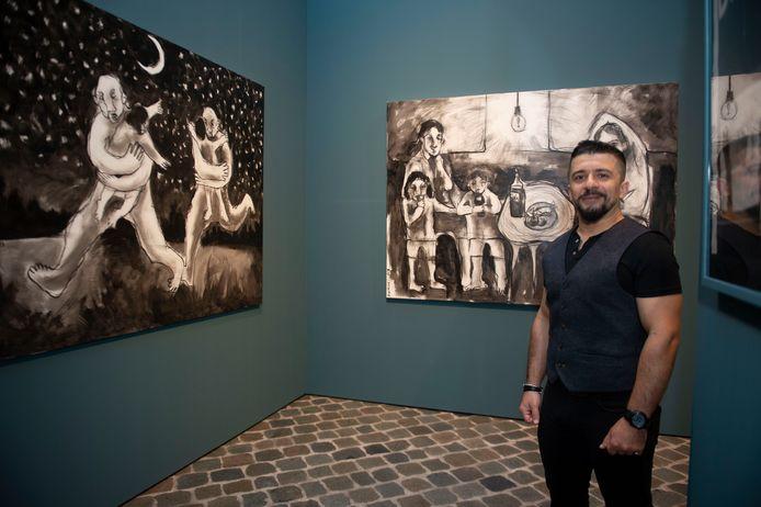 Saif 'Dumuzy' Lama'a bij zijn tekeningen.