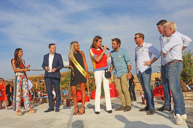 Burgemeester Maarten Mast knipt het lintje door, geflankeerd door Miss België en Miss Oost-Vlaanderen. Goedele Liekens presenteerde de openingsplechtigheid.