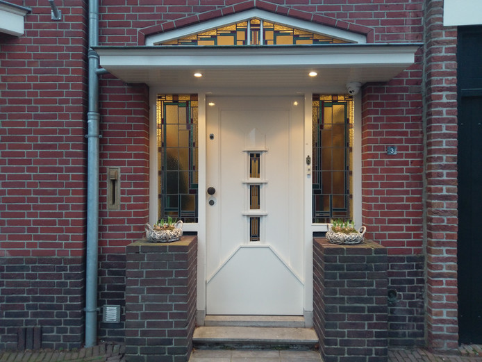 De voordeur van Monique uit Wouw is weer voorzien van decoratieve bloempotten.