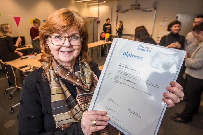Week van de inburgering. Heide Marie Hummels ontvangt op het ROC Twente haar diploma Educatie.