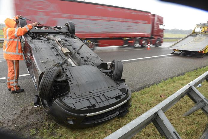 De auto belandde ondersteboven op de A16.