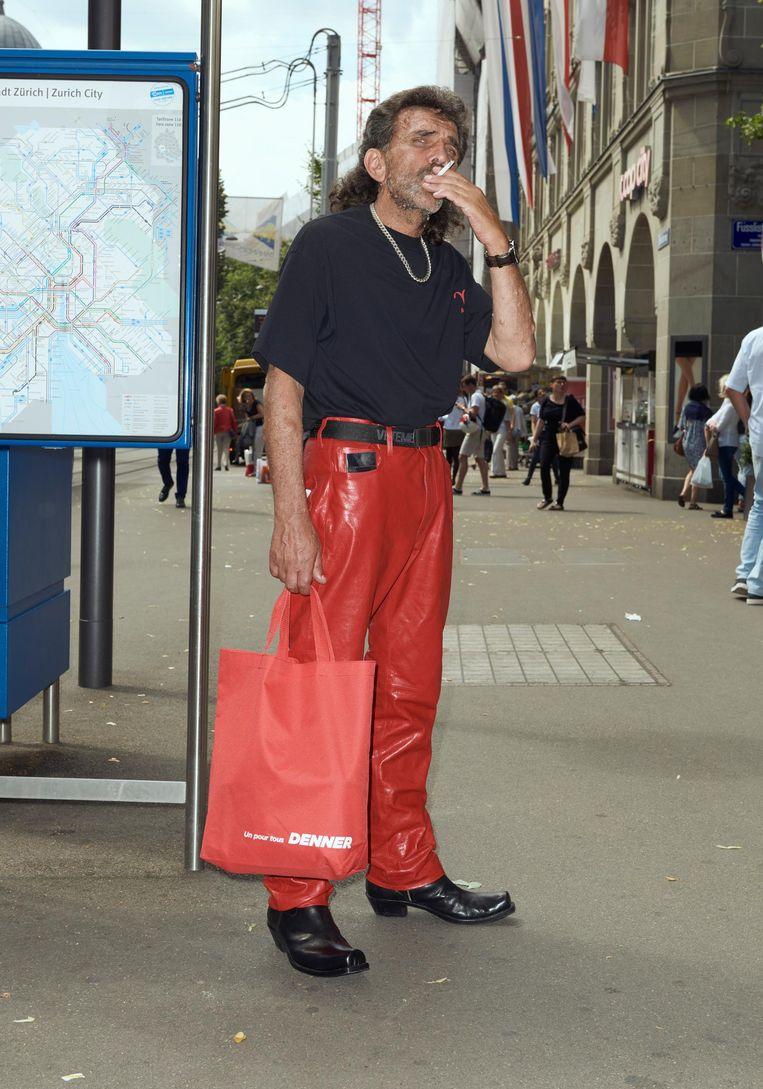 Ontwerper Demna Gvasalia fotografeerde gewone mensen in Zürich en toonde op die manier de collectie van Vetements. Beeld null