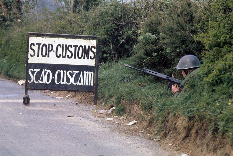 Een Britse militair bij een douanepost in de buurt van het Ierse dorp Swanlinbar in 1974. Beeld Hollandse Hoogte