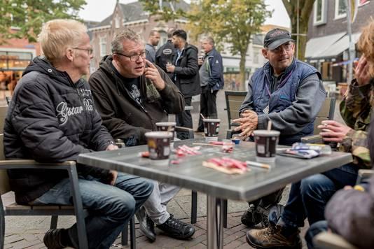 Max Paans (tweede van links) met dak- en thuislozen in Ede.