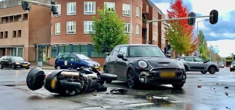 Bijrijdster op motor raakt gewond bij aanrijding in Oldenzaal