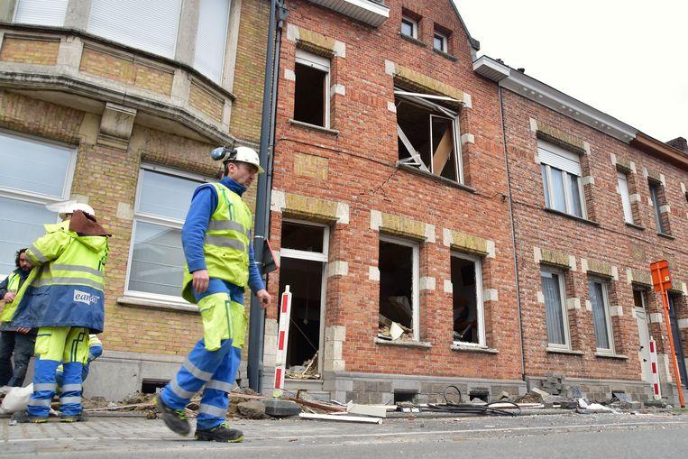 De voorgevel van de zwaarst getroffen woning stond na de explosie helemaal bol en dreigde in te storten. Daarom werd beslist tot een onmiddellijke noodafbraak.