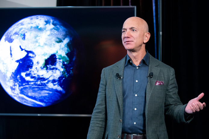 Oprichter Jeff Bezos van internetbedrijf Amazon trekt 10 miljard dollar uit om de effecten van klimaatverandering tegen te gaan.