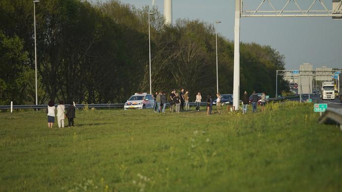 Politie vraagt mensen weg te blijven van de vluchtstrook.