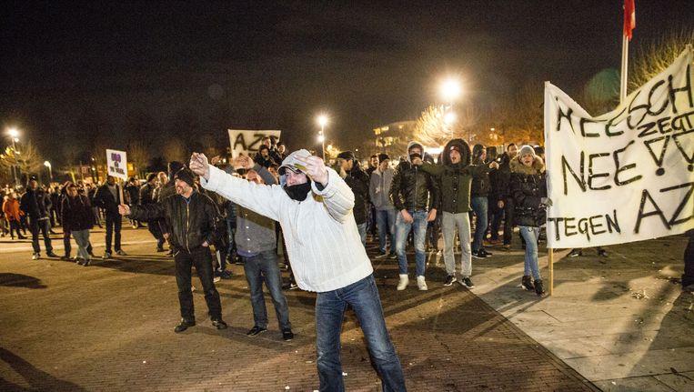 Een demonstratie tegen de mogelijke komst van een asielzoekerscentrum in Heesch is uit de hand gelopen. Zo'n duizend demonstranten waren op het protest afgekomen. Beeld null