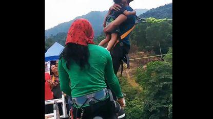 Video van vader die bungeejumpt met kleuter lokt boze reacties uit