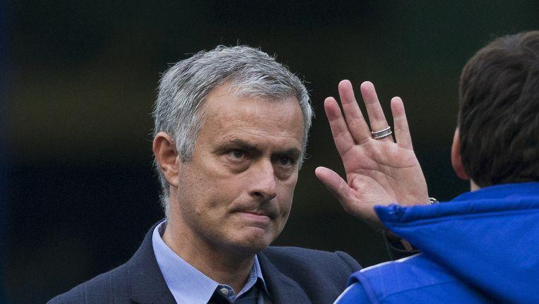 Coach Jose Mourinho zwaait naar fans na de wedstrijd tussen Chelsea en Liverpool afgelopen zaterdag. Beeld ap