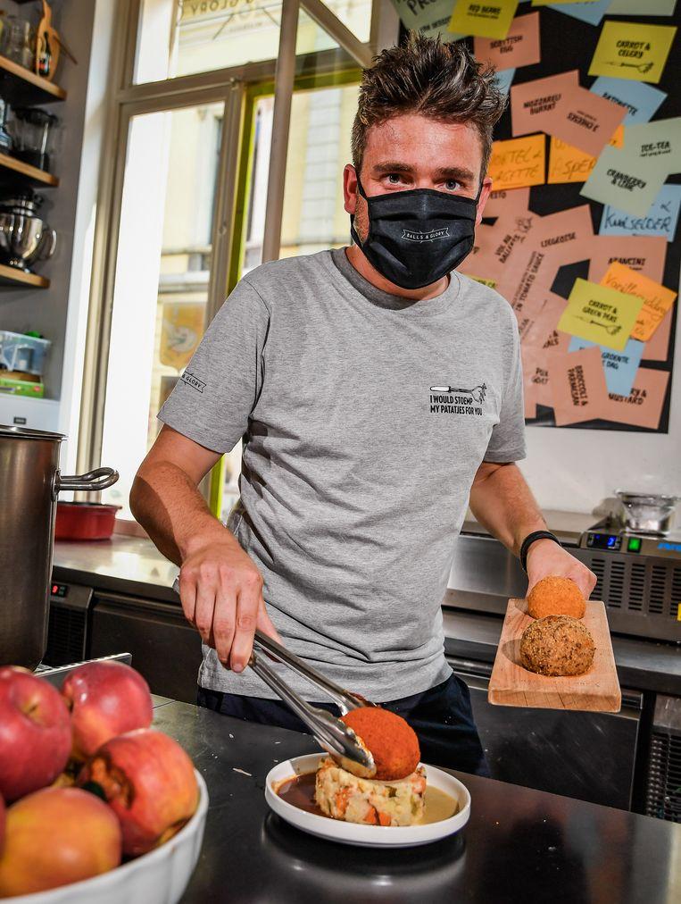 Als je coronaproof gehaktballen wil serveren, moet je een mondmasker dragen, weet ook Wim Ballieu.