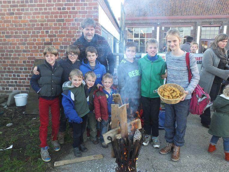 Enkele leerlingen van De Sterrebloem aan hun symbolische stakerspost aan de schoolpoort.