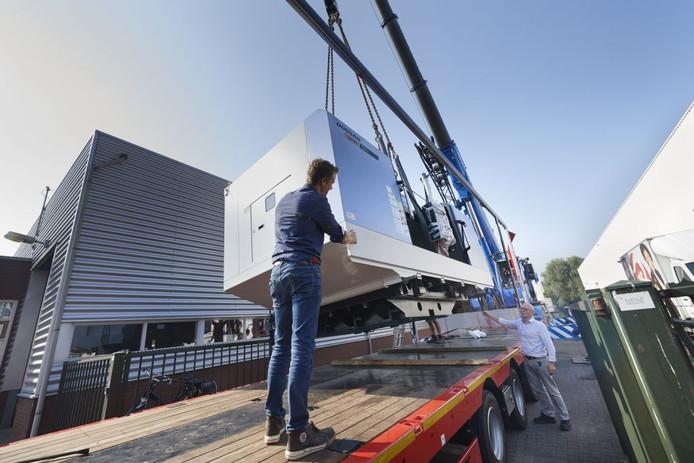 De nieuwe freesmachine arriveert bij Kessel Machinefabriek in Veghel.