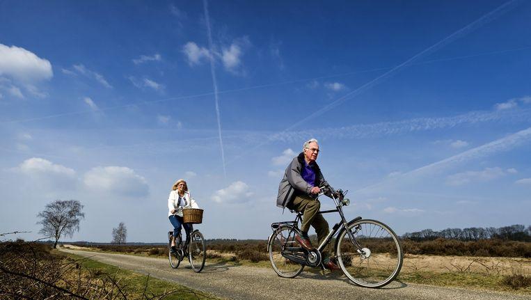 Fietsers maken een tochtje op de Ginkelse Heide in de omgeving van Ede. Beeld anp