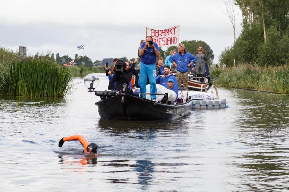 Fotograaf Casper van Aggelen legt de monsterzwemtocht van Maarten van der Weijden vast.