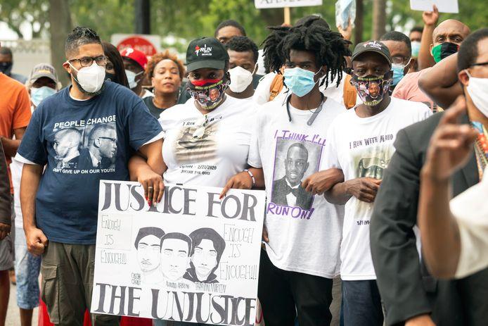 Betogers houden een protestmars in Brunswick voor de omgebrachte Ahmaud Arbery.