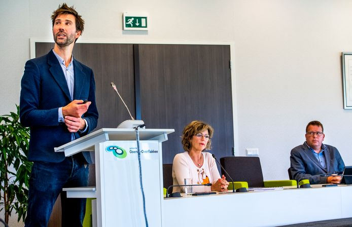 Onderzoeker Thomas Ter Laak aan het woord tijdens de persconferentie over drugsgebruik op Flakkee. In het midden burgemeester Ada Grootenboer-Dubbelman en aan haar linkerkant wethouder Berend Jan Bruggeman.
