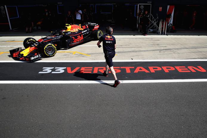 Max Verstappen rijdt uit de garage.