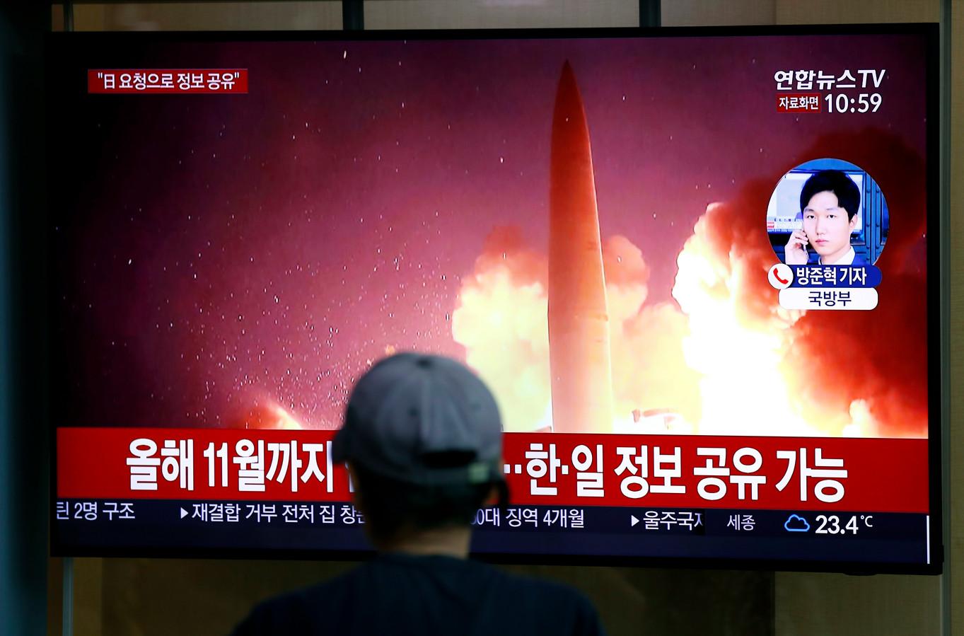 Een man bekijkt een nieuwsuitzending over de recente raketlancering door Noord-Korea in de Zuid-Koreaanse stad Seoel.