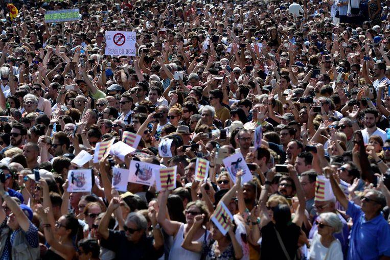 Een zee van mensen heeft zich een dag na de aanslag verzameld om de slachtoffers te gedenken met een manifestatie. Beeld afp
