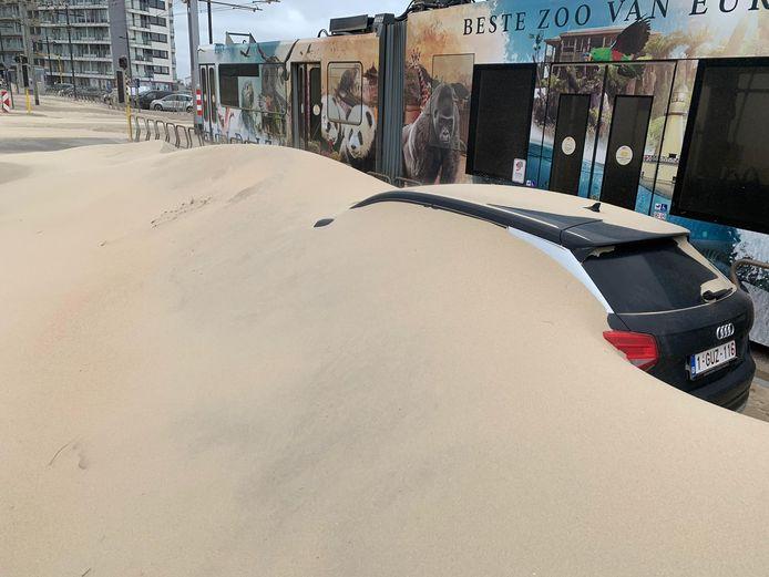 Er zal nog veel werk zijn om deze auto te bevrijden uit het zand in Middelkerke