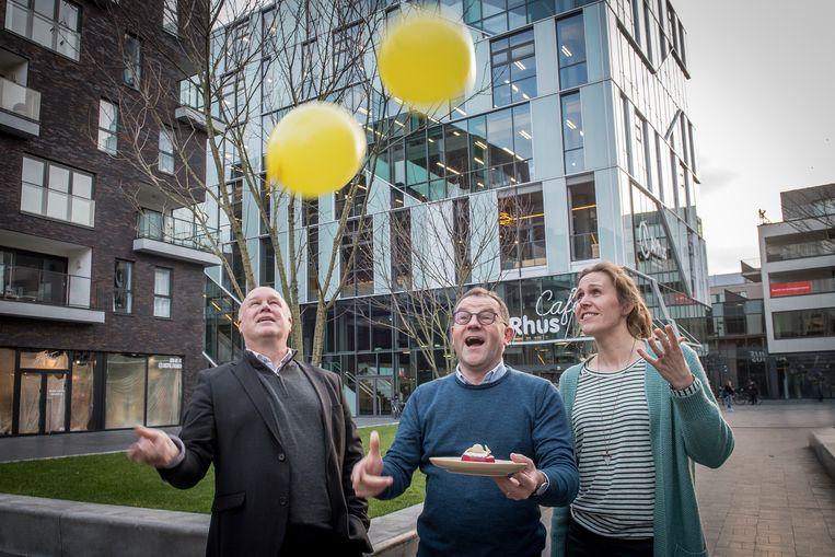 ARhus bestaat vijf jaar. Dat betekent ballonnen en taart voor directeur Yves Rosseel, voorzitter Henk Kindt en communicatieverantwoordelijke Bieke Deceuninck.