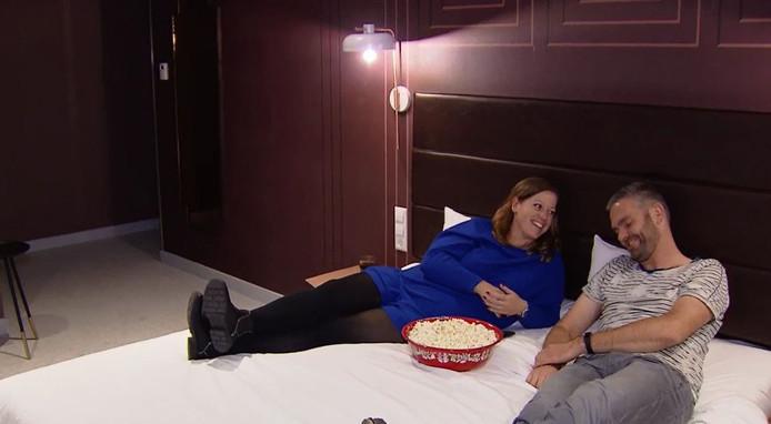 Karin koos voor een originele date: Netflixen en chillen op een hotelkamer.