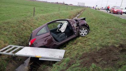Wagen gaat over de kop op de E34 en belandt in de gracht: vrouwelijke bestuurder lichtgewond