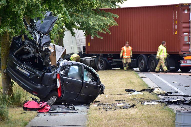 """De verhakkelde wagen werd tegen een boom gekatapulteerd. """"Ik ben snel uitgestapt en naar het wrak gelopen, maar het was onmiddellijk duidelijk dat alle hulp te laat kwam"""", zegt getuige Leander Debouver."""