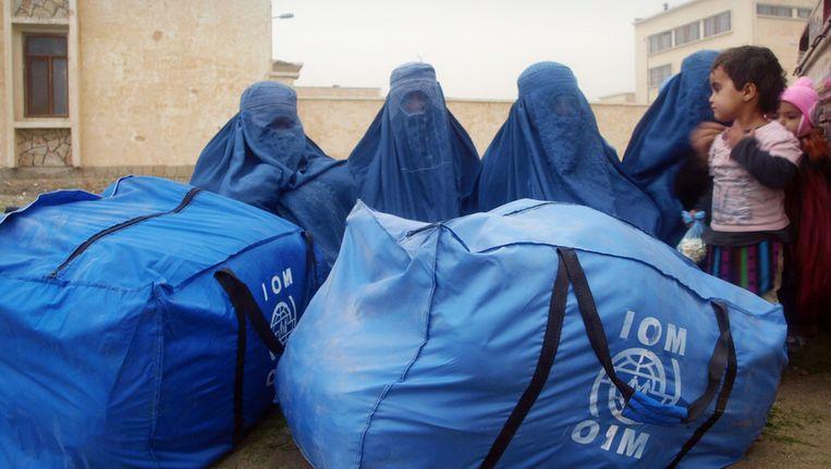 Afghaanse vrouwen ontvangen voedselhulp. Beeld null